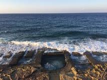la roche du 19ème siècle a coupé des bains de natation sur la côte de Meiterrranean Photo stock