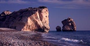La roche et la plage de l'Aphrodite Image libre de droits