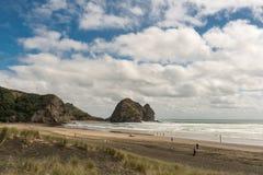 La roche et le Piha de lapin échouent vu de le long de la plage Images libres de droits