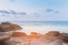 La roche et le sable échouent sur l'horizon de côte Photos libres de droits