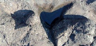 La roche noire avec la texture et la nature de l'eau aménage le fond en parc de l'Inde de lakhnadon, photo prise en février 2018, photos libres de droits