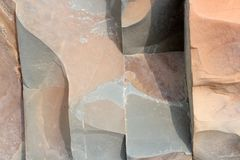 La roche pose - des formations colorées des roches empilées au-dessus des centaines d'années Fond intéressant avec la texture fas Photo stock