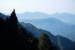 La roche regarde comme le prêtre de taoist des montagnes de Sanqingshan Photographie stock libre de droits