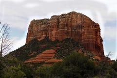 La roche rouge célèbre montrée par la roche Sedona Arizoa de palais de justice Photo stock