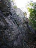 la roche s'élevante de noeuds ropes deux images stock
