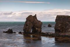 La roche sous forme de voûte dans l'Océan Atlantique Photos stock