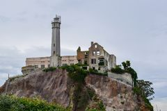 La roche, vue d'au sol d'île d'Alcatraz image stock