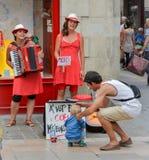 LA ROCHELLE, ФРАНЦИЯ - 11-ОЕ АВГУСТА 2015: Певицы улицы с музыкальными инструментами делают представление на улице Стоковая Фотография RF