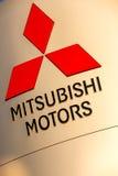 La Rochelle, França - 30 de agosto de 2016: Sinal oficial do negócio de Mitsubishi contra o céu azul Mitsubishi Motores Corporaçõ Fotografia de Stock
