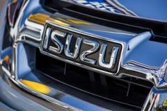 La Rochelle, Francia - 23 aprile 2015: primo piano sul isuzu di logo Isuzu è veicoli industriali giapponesi e manufa del motore d Fotografia Stock Libera da Diritti