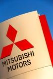 La Rochelle, Francia - 30 de agosto de 2016: Muestra oficial de la representación de Mitsubishi contra el cielo azul Mitsubishi M Fotos de archivo libres de regalías