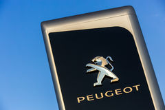 La Rochelle, Francia - 30 de agosto de 2016: Muestra oficial de la representación de Peugeot contra el cielo azul Peugeot es uno  Imagen de archivo