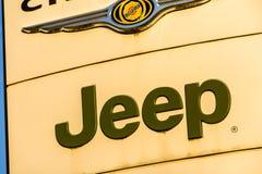 La Rochelle, Frankrijk - Augustus 30, 2016: Officieel het handel drijventeken van Jeep tegen de blauwe hemel De jeep is een merk  Royalty-vrije Stock Afbeelding