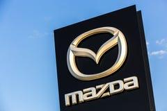 La Rochelle Frankrike - Augusti 30, 2016: Officiellt återförsäljaretecken av Mazda mot den blåa himlen Mazda Korporation är en ja royaltyfri foto
