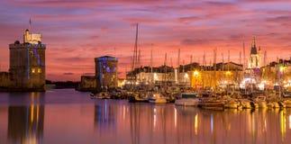 La Rochelle - porto na noite com por do sol bonito fotografia de stock royalty free
