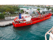 La Romana, Dominicaanse Republiek - 05 Februari, 2013: Het vrachtschip dokte in de haven in baai bij La Dominicaanse Romana, Royalty-vrije Stock Afbeeldingen