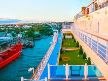 La Romana, République Dominicaine - 5 février 2013 : Le cargo s'est accouplé dans le port dans la baie à la La Romana, dominicain Photographie stock libre de droits