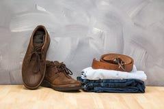 La ropa asiática de los hombres del estilo del vintage y los vaqueros y el bolso pusieron la tabla de madera Imagen de archivo