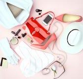 La ropa blanca del complemento del ` s de las mujeres y los tacones altos rojos es l Imágenes de archivo libres de regalías