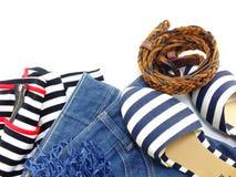 La ropa casual y los accesorios de la mujer en el fondo blanco Fotografía de archivo libre de regalías