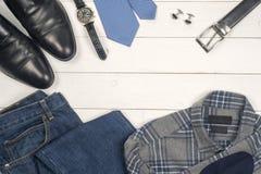 La ropa casual y los accesorios de los hombres en fondo de madera Imágenes de archivo libres de regalías