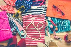La ropa colorida y los accesorios a vestirse arreglaron en una tabla de madera Fotografía de archivo libre de regalías