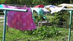 La ropa cuelga en la cuerda y se seca
