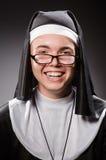 La ropa de la monja del hombre que lleva divertido Imágenes de archivo libres de regalías