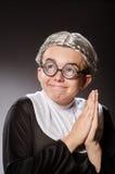 La ropa de la monja del hombre que lleva divertido Foto de archivo libre de regalías