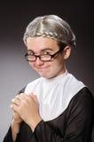 La ropa de la monja del hombre que lleva divertido Fotos de archivo libres de regalías