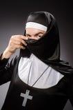 La ropa de la monja del hombre que lleva divertido Foto de archivo