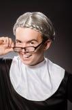 La ropa de la monja del hombre que lleva divertido Fotos de archivo