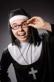 La ropa de la monja del hombre que lleva divertido Fotografía de archivo