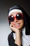 La ropa de la monja del hombre que lleva en concepto divertido Imagen de archivo