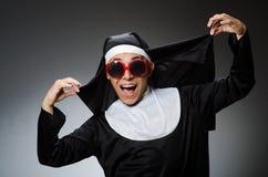 La ropa de la monja del hombre que lleva en concepto divertido Fotos de archivo libres de regalías