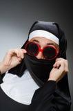 La ropa de la monja del hombre que lleva en concepto divertido Foto de archivo libre de regalías