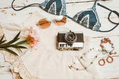 La ropa de la muchacha del verano de la moda fijó con la cámara y los accesorios Equipo del verano Gafas de sol de moda de la mod Fotografía de archivo