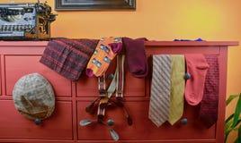 La ropa de los hombres Concepto de la ropa para los hombres Calcetines coloridos, lazos, apoyos, bufandas y casquillo plano compr imagenes de archivo