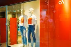 La ropa de la moda hace compras los sig de la ventana y de la venta de exhibici?n fotos de archivo libres de regalías