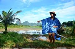 La ropa de mujer tailandesa viste el retrato natural del color del añil en al aire libre Fotografía de archivo