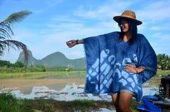 La ropa de mujer tailandesa viste el retrato natural del color del añil en al aire libre Fotos de archivo