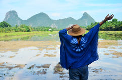 La ropa de mujer tailandesa viste el retrato natural del color del añil en al aire libre Foto de archivo libre de regalías