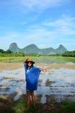 La ropa de mujer tailandesa viste el retrato natural del color del añil en al aire libre Imagenes de archivo