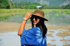 La ropa de mujer tailandesa viste el retrato natural del color del añil en al aire libre Imagen de archivo