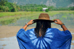 La ropa de mujer tailandesa viste el retrato natural del color del añil en al aire libre Imágenes de archivo libres de regalías