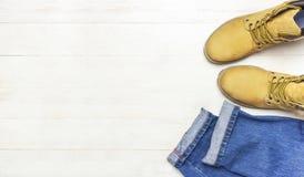 La ropa de sport de los hombres, botas amarillas del trabajo del cuero natural del nubuck, tejanos y correa marrón en la opinión  imagen de archivo