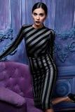 La ropa del negocio de los zapatos de los tacones altos del top del traje de vestido de negocios que lleva de la mujer del pelo d Fotos de archivo