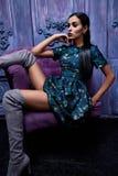 La ropa del negocio de los zapatos de los tacones altos del top del traje de vestido de negocios que lleva de la mujer del pelo d Fotografía de archivo libre de regalías