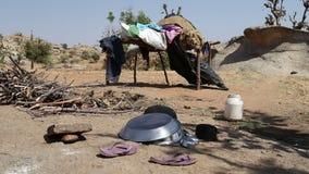La ropa, el calzado y los platos se fueron hacia fuera en el campo en Jodhpur almacen de video
