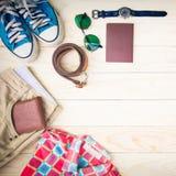 La ropa informal y los accesorios en el fondo de madera Imagen de archivo libre de regalías